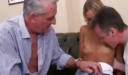 blondes Mädchen schöne Brüste vor brutale fickfilme der Kamera